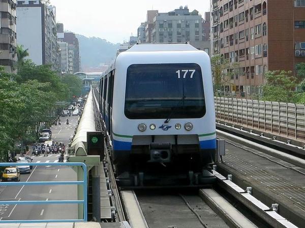 大安站に入線する南港展覽館方面行き列車
