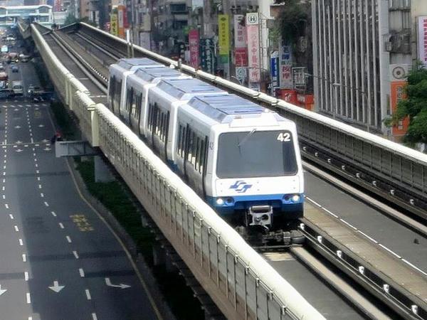 忠孝復興站に接近するVAL256型中運量電聯車
