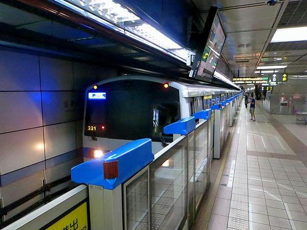 忠孝復興站に入線する南港展覽館方面行き列車