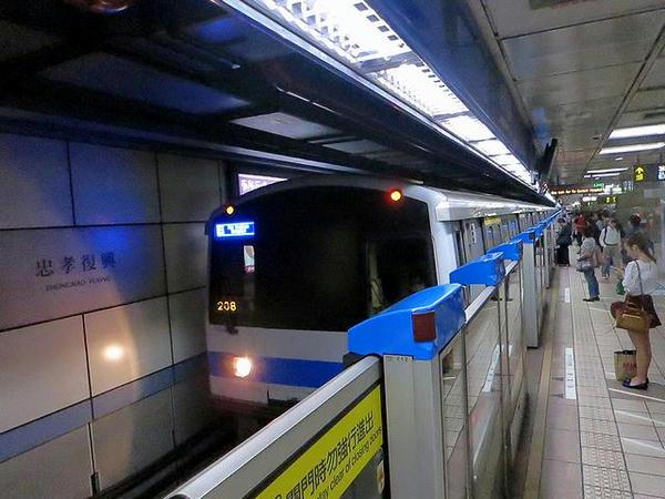 忠孝敦化站に入線する頂埔方面行き列車