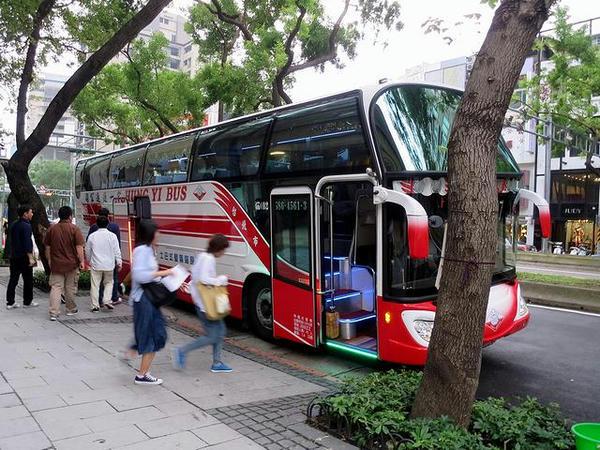 オプショナルツアーのバス