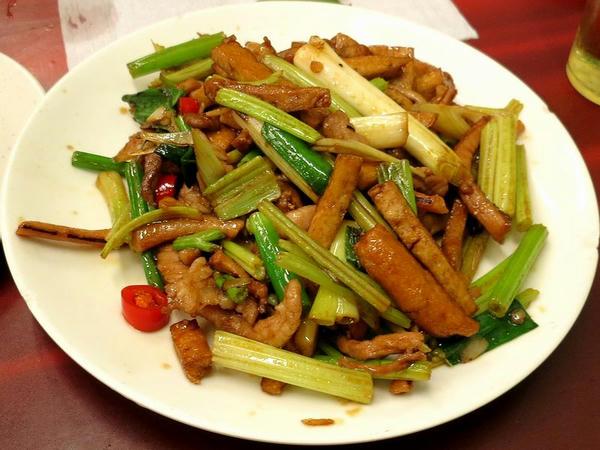 干しイカ、干し豆腐、セロリなどを炒めたもの