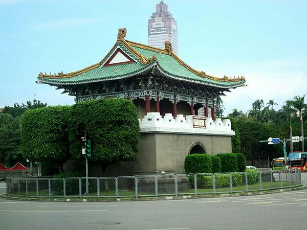 車窓から見た景福門(旧台北城東門)