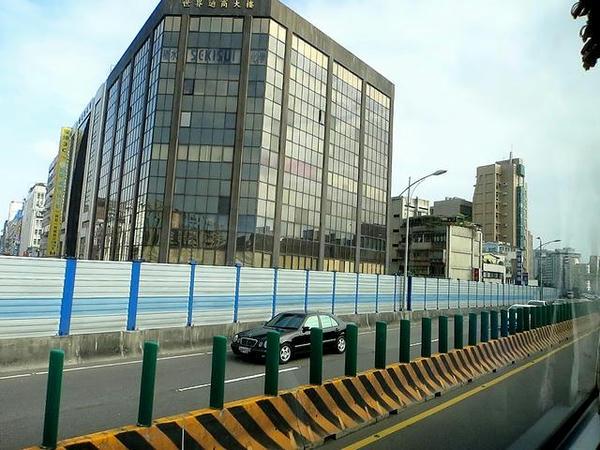 高速道路で台北市街へ