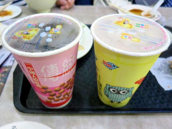 冰紅茶(ストレートティー)と冰奶茶(ミルクティー)