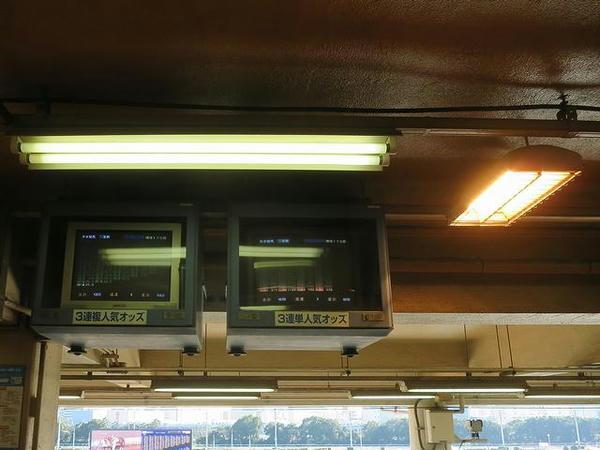 ブラウン管のモニターと暖房機(写真右)