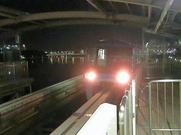 大井競馬場前駅に入線するモノレール