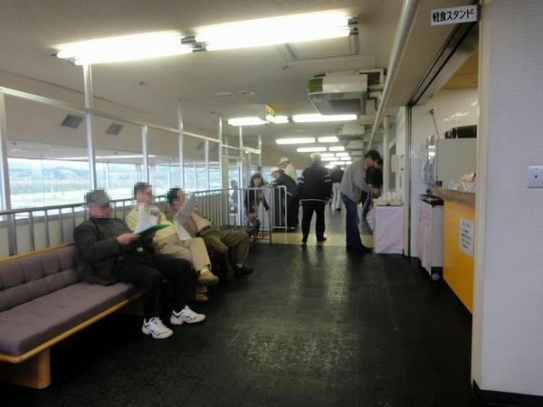 3階特別観覧席の通路側(写真右手前が売店)
