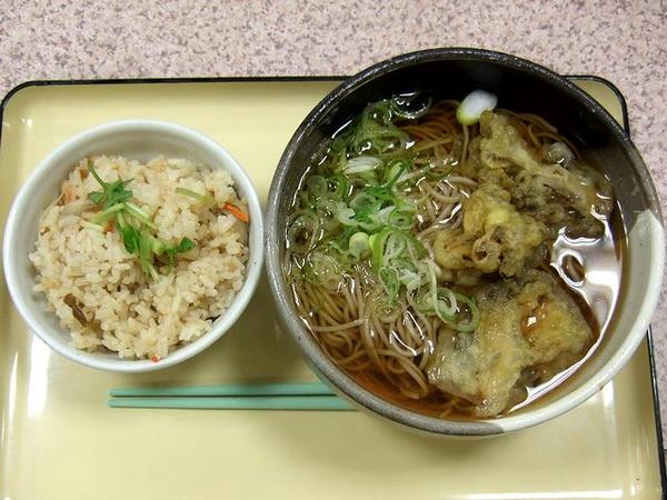 舞茸てんぷらそばと飛騨牛炊き込みご飯 780円