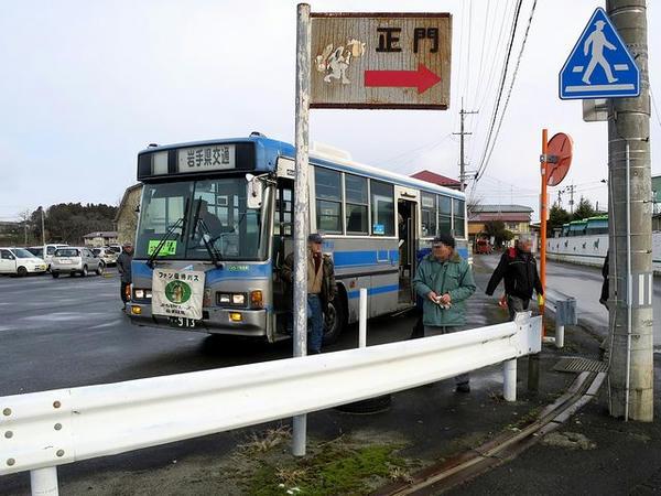 到着した無料送迎バス