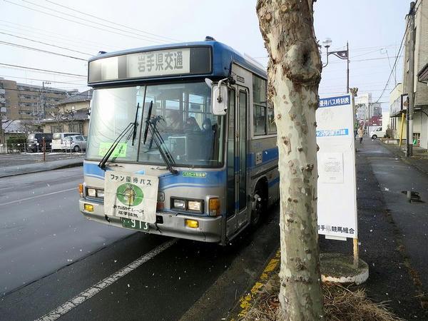 発車を待つ無料送迎バス