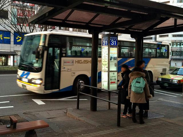 バス停に入ってくる一ノ関行きの高速バス