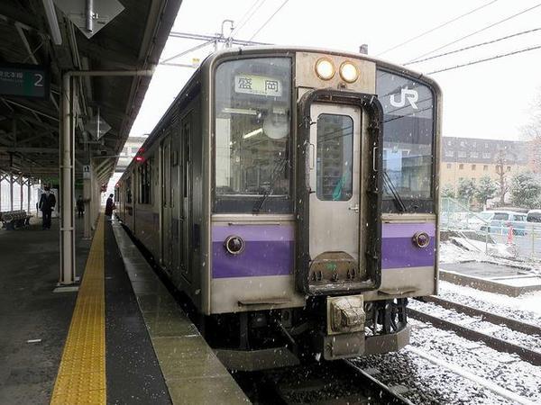 発車を待つ盛岡行き普通列車
