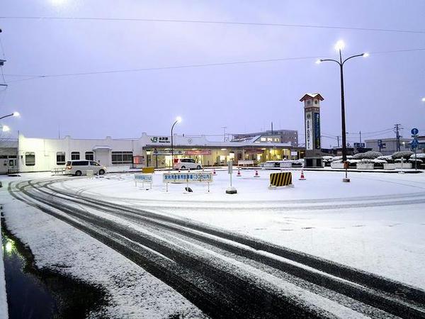 雪の中の水沢駅