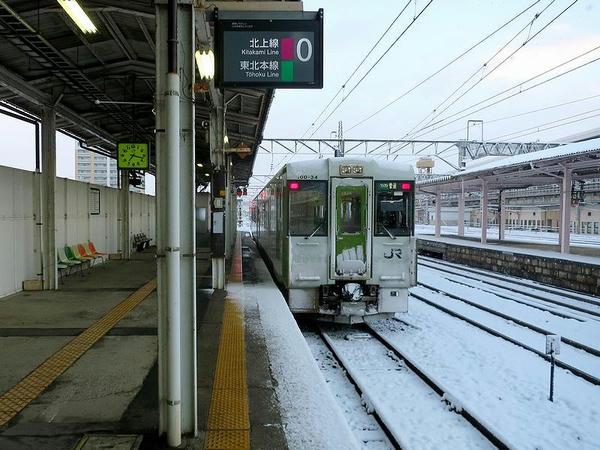 北上駅0番線ホームで発車を待つ横手行き普通列車