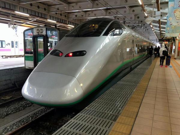 新庄駅で発車を待つ山形新幹線つばさ144号