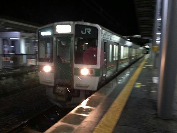 赤湯駅に入線する米沢行き普通列車