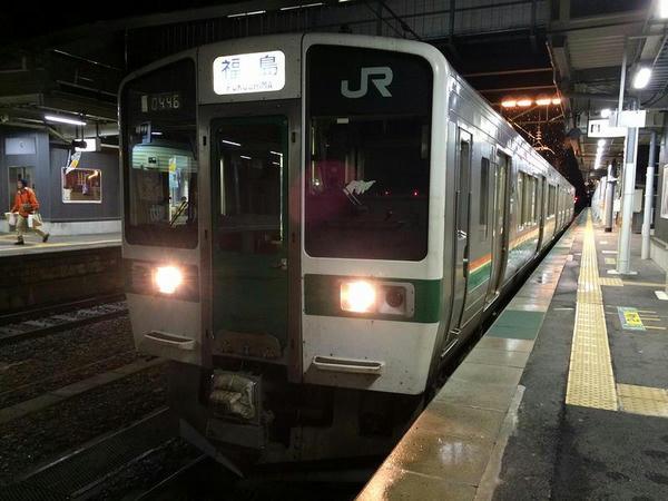 米沢駅で発車を待つ福島行き普通列車