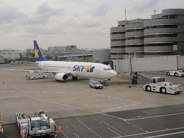 羽田空港で出発を待つスカイマーク機