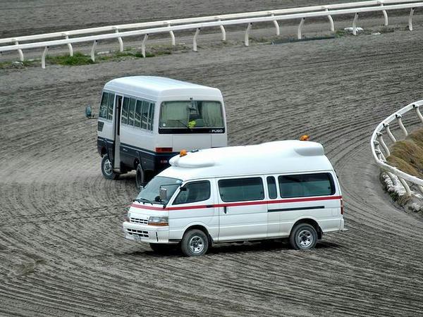 救急車とマイクロバス