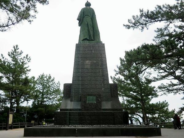 桂浜の坂本龍馬像(後ろ姿)