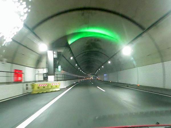トンネル内の緑色の光