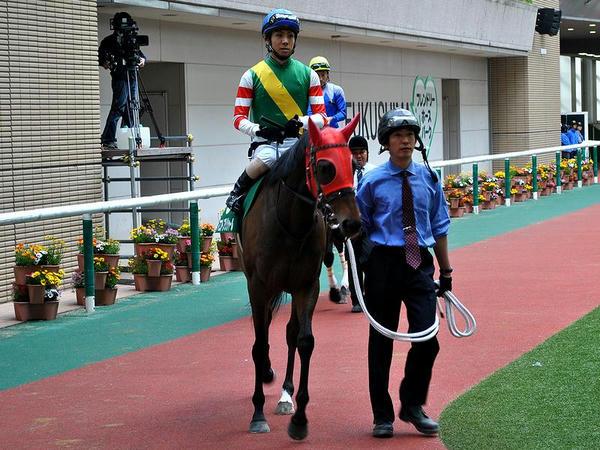 パドックを周回する北村友一騎手とマコトプリジャール号(福島牝馬ステークス優勝馬