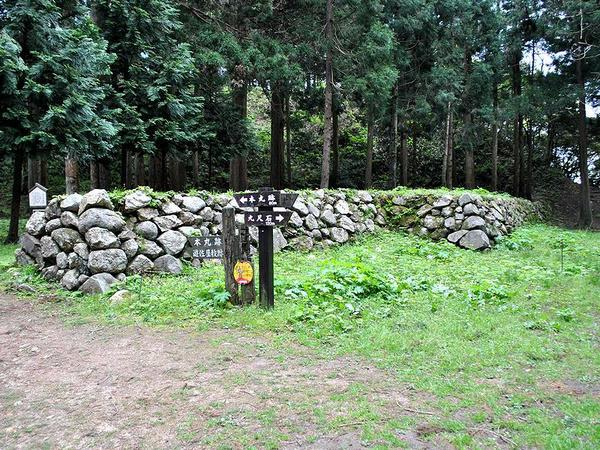 桜馬場と遊佐屋敷跡の間の石垣