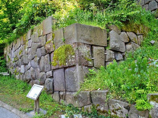 薪の丸の石垣