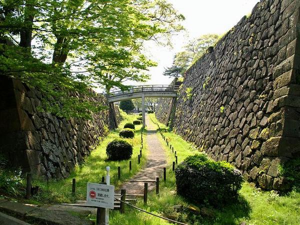 二の丸と薪の丸の間の堀と石垣
