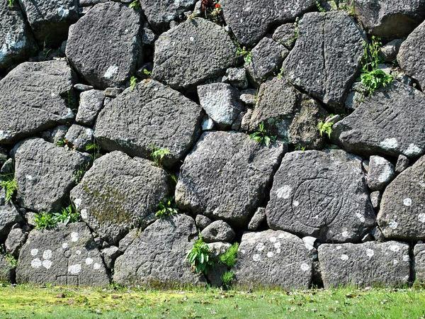 刻印された数々の石