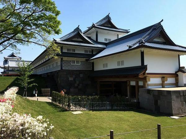 鶴の丸広場方向から見た菱櫓・五十間長屋・橋爪門続櫓