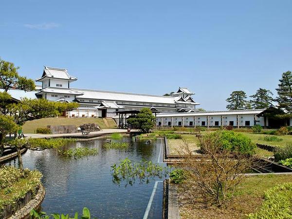 鶴の丸休憩所方向から見た菱櫓・五十間長屋・橋爪門続櫓