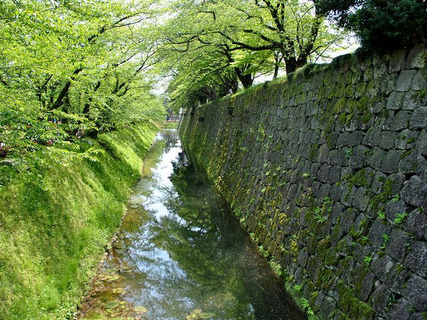 二の丸北面の堀と石垣