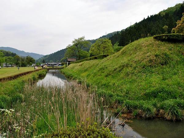 朝倉氏館跡の堀と土塁その(1)