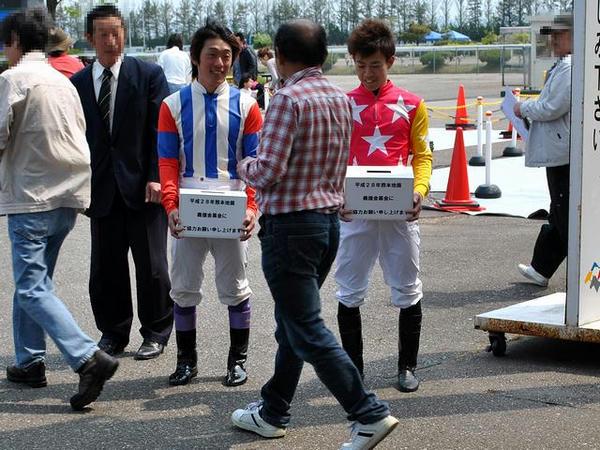 募金活動する松戸政也騎手と柴田勇真騎手