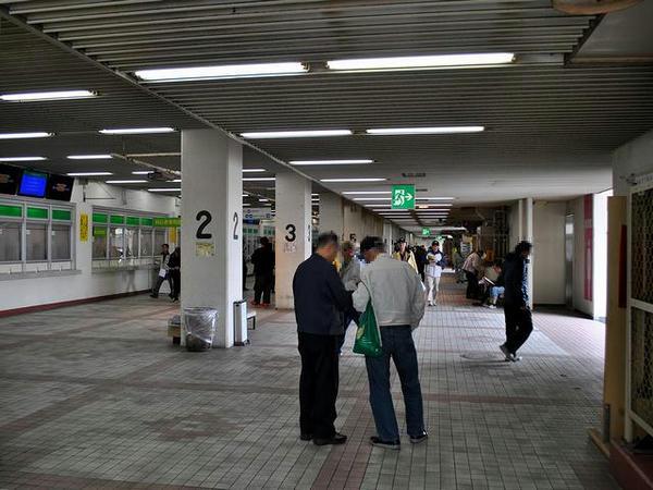 スタンド1階コンコース(コース側)