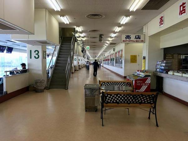 スタンド3階コンコース(コース側)