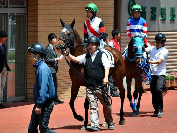 馬上から馬主さんに挨拶する藤田騎手