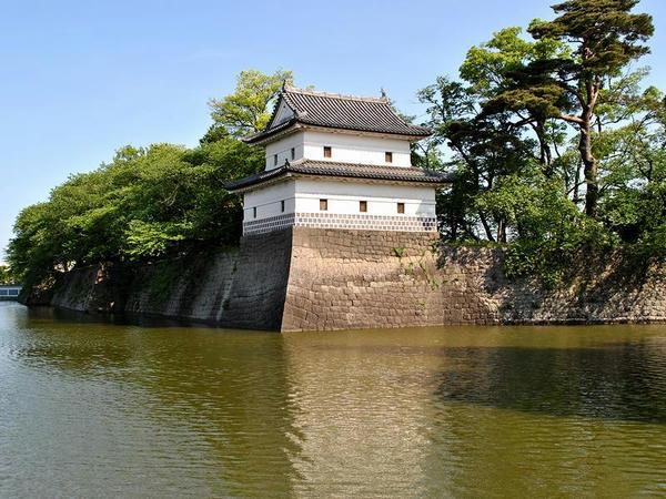 二の丸隅櫓と水堀