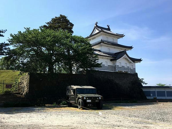 新発田城三階櫓(復元)と自衛隊の高機動車