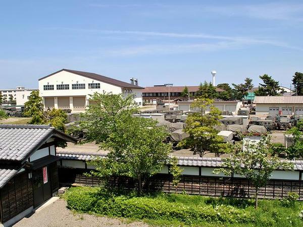 新発田城辰巳櫓から見た新発田駐屯地