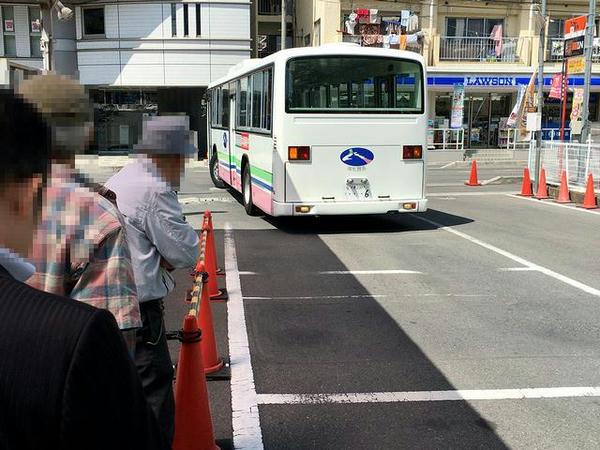 乗り場にバックで入ってくるバス
