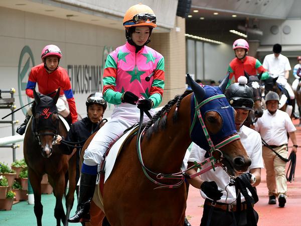 第2レースのパドックを周回する藤田菜七子騎手