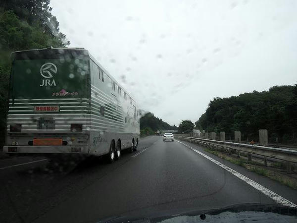 雨の東北道と馬運車(メジロドーベル号)