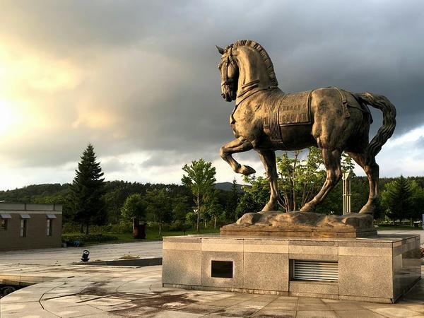 夕暮れの馬像