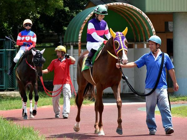 パドックを周回する宮下騎手と木之前騎手(第3レース)
