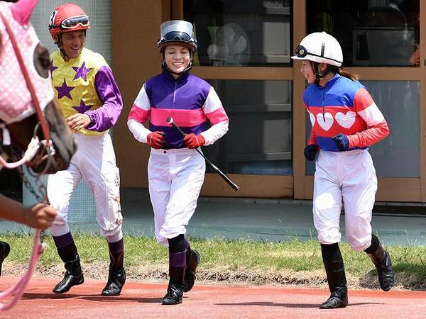 騎乗に向かう丹羽克輝騎手、宮下騎手、木之前騎手(第4レース)