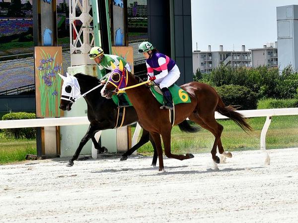 返し馬に入る宮下騎手と友森翔太郎騎手(第3レース)