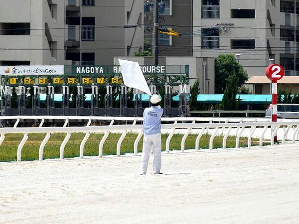 白旗を振る発走委員(第3レース)